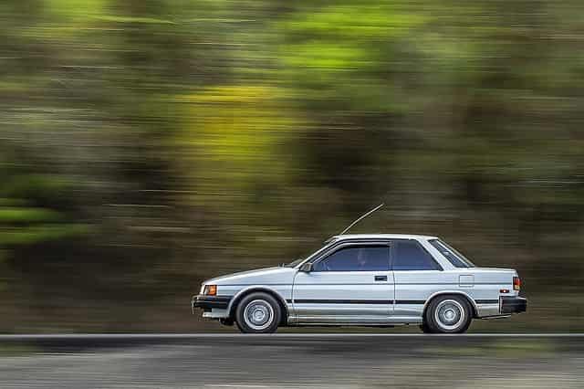 スピードの速さイメージで車が走っている