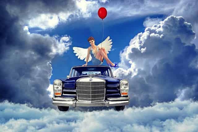 ミコライオのイメージで空に浮かぶメルセデスベンツ