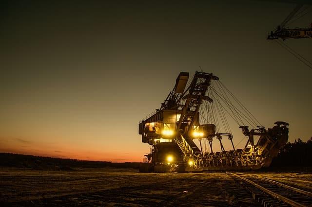 マイニングのイメージで大きな掘削機