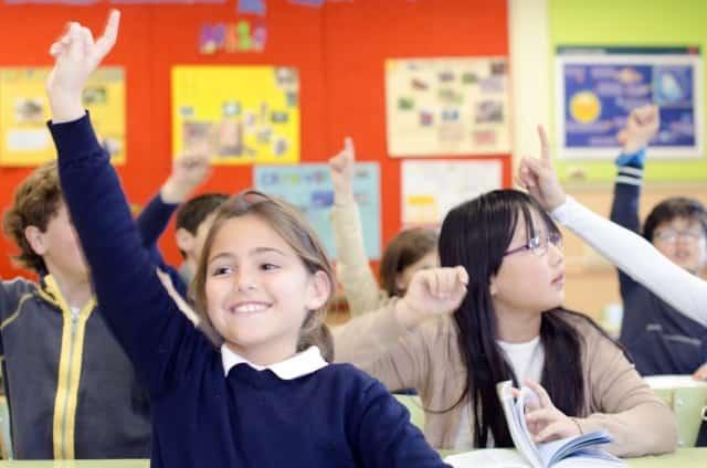 発言のイメージで教室で女の子が挙手