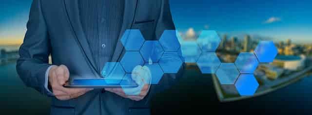 技術をイメージしたタブレットから青い光