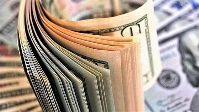 投資を行うイメージとして紙幣