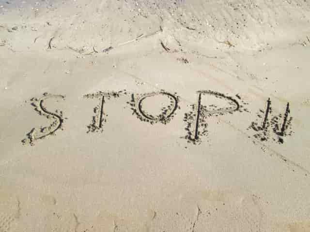 STOPの砂文字