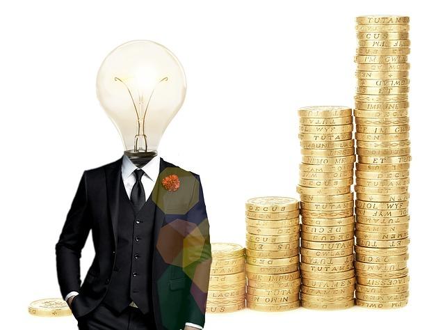 発明のイメージで頭が電球のスーツ姿の背景にコインの山