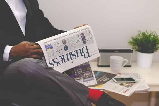 ニュース記事のイメージでニュースペーパーを持つ男性
