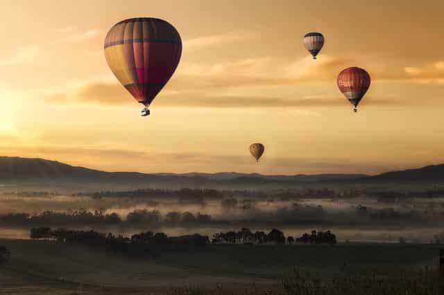 上場のイメージで複数の気球