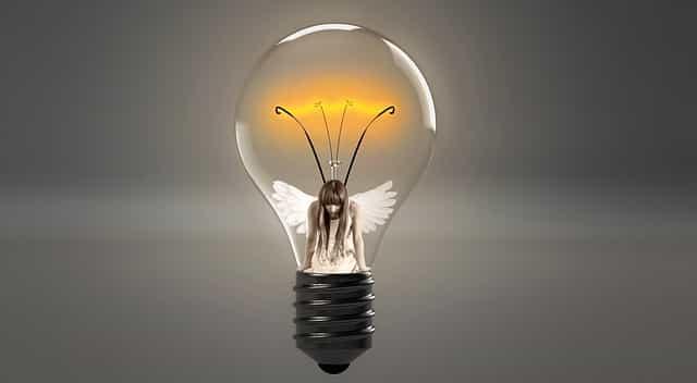 電球の中に妖精のような女性