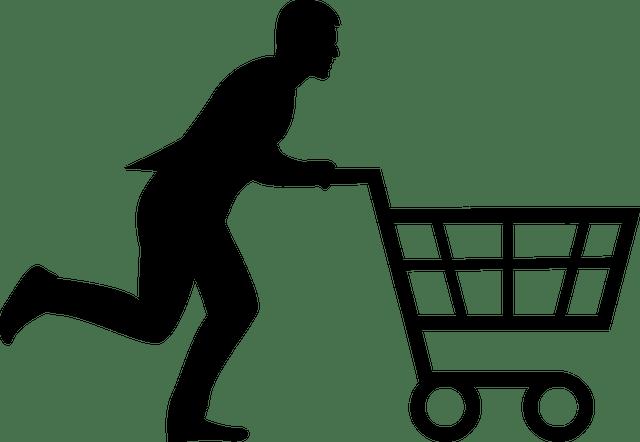 購入イメージで男性がカートを押してる