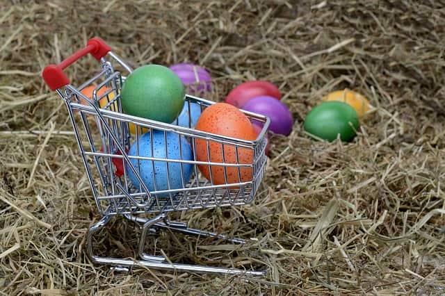 カートにカラフルな卵
