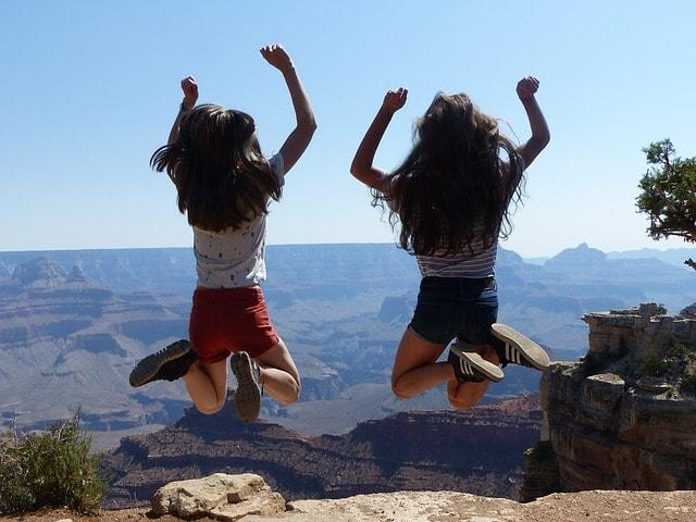 グランドキャニオンで女性二人がジャンプ